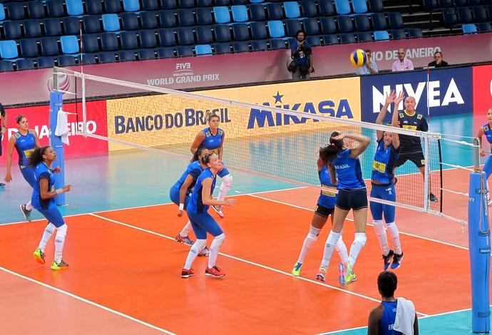 Seleção brasileira feminina de vôlei treinou nesta segunda-feira na Arena Carioca 1 (Foto: Tiago Leme)