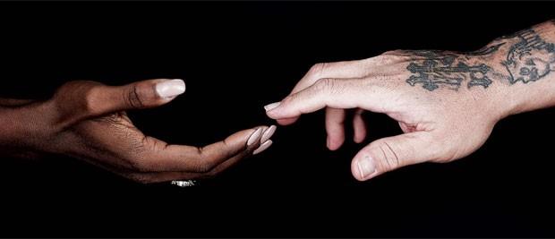 Imagem de fundo do vídeo da música 'Hands', lançada por estrelas da música em homenagem às vítimas do massacre de Orlando, que em 12 de junho deixou 49 mortos em uma boate gay (Foto: Divulgação)