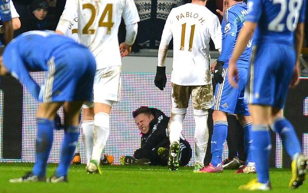 Eden Hazard agride gandula na partida do Chelsea (Foto: AFP)