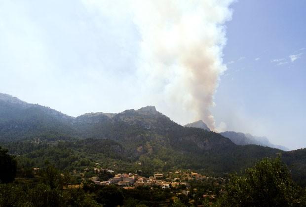 Fumaça provocada por incêndio próximo à vila de Estellencs, em Palma de Maiorca, na Espanha, neste domingo (28) (Foto: Jaime Reina/AFP)