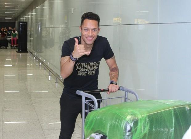 Adriano desembarca em São Paulo (Foto: Thiago Duran/AgNews)