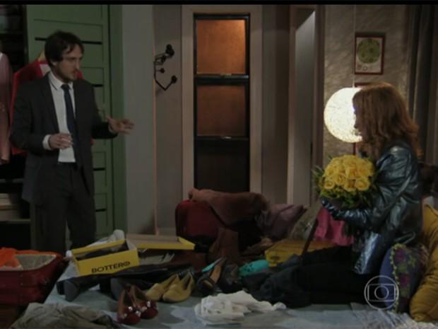 Marcelo tenta convencer Priscila a levar menos sapatos na viagem (Foto: Divulgação)