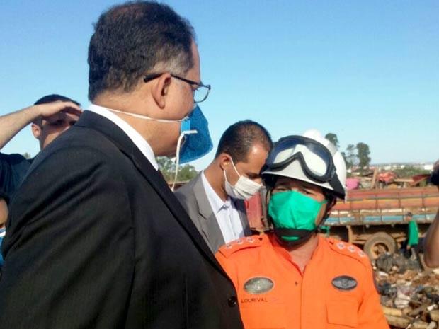 O procurador Valdir Pereira da Silva, do MPT, durante vistoria no lixão da Estrutural, no DF  (Foto: Isabella Formiga/G1)