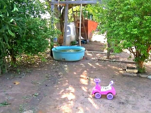 Criança teria tropeçado e caído dentro de caixa d'água enquanto pais almoçavam (Foto: Reprodução / TVCA)