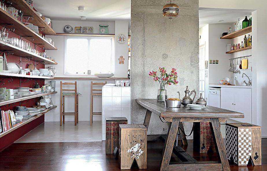 Com a retirada das paredes, que separavam a cozinha da sala de jantar, o arquiteto Carlos Verna descobriu uma coluna de concreto. O jeito foi tirar partido dela instalando a bancada com o fogão no lado voltado para a cozinha e, do outro, a mesa de madeira