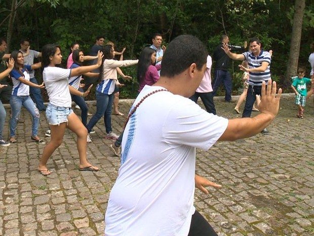 Frequentadores do parque praticam Tai Chi Chuan, no Espírito Santo (Foto: Reprodução/TV Gazeta)
