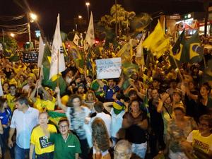 Manifestantes fecharam o trânsito em avenida na frente do MPF em Campo Grande (Foto: Edmar Melo/TV Morena)
