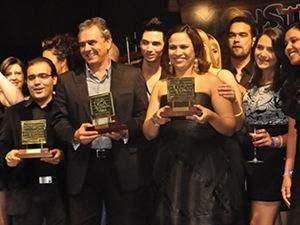 Vencedores da edição do ano passado posam com os troféus (Foto: Marcus Aurélio / G1)