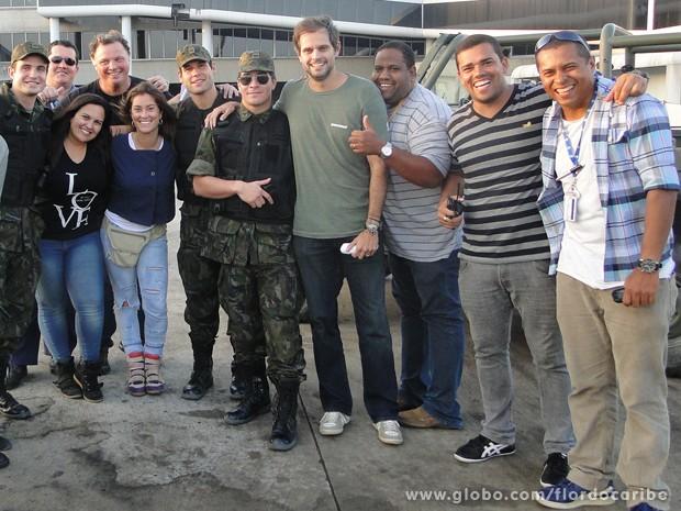 Os diretores Leo Nogueira e João Boltshauser posam com equipe (Foto: Flor do Caribe/TV Globo)