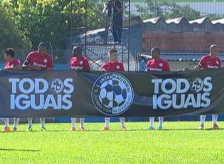"""Jogadores do Inter carregaram faixa """"Todos Iguais"""" (Foto: Reprodução)"""