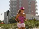 Christine Fernandes corre na praia com maiô engana-mamãe