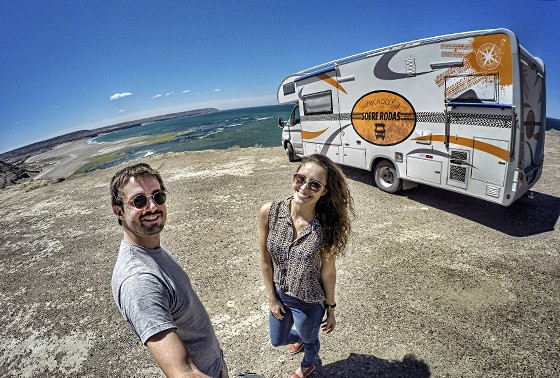 O casal Max Fercondini e Amanda Ritcher em Rada Tilly, no litoral argentino, a bordo de sua casa rolante  (Foto:  © Max Fercondini)