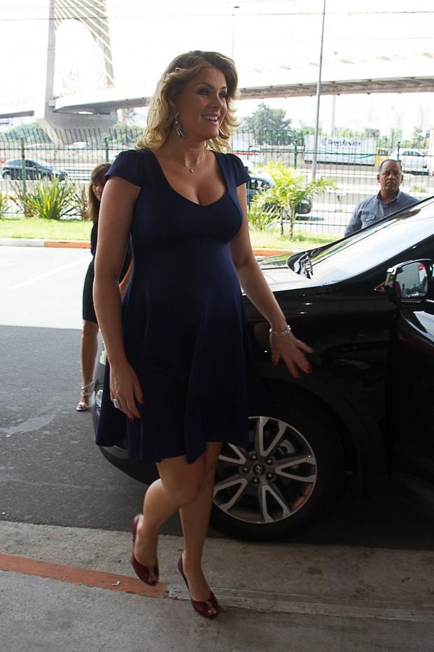 2b17c50b3512c EGO - Ana Hickmann vai a feira de calçados e exibe barrigão ...