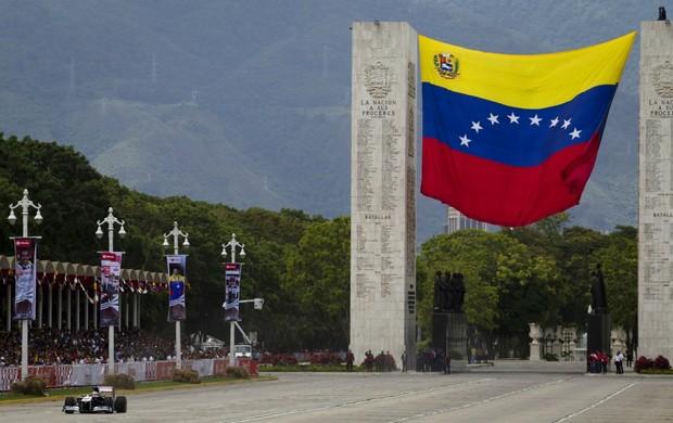 Pastor Maldonado em exibição da Williams nas ruas de Caracas, Venezuela (Foto: Reuters)