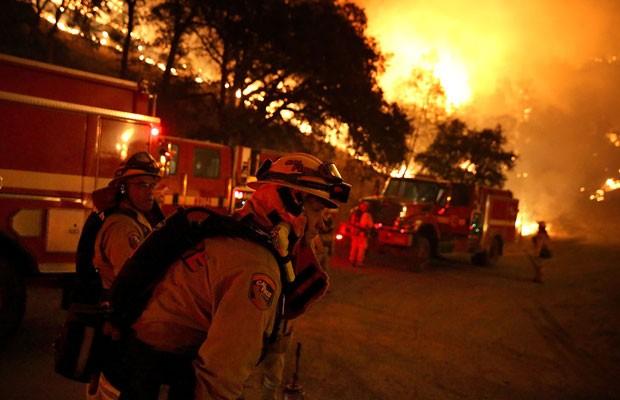 Bombeiros tentam conter incêndio na Califórnia, que já consumiu 27 mil acres. (Foto: Justin Sullivan/France Presse)