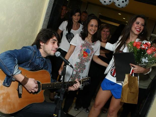 Guga Sabatiê canta em festa da ex-BBB Andressa (Foto: Raphael Mesquita/ Foto Rio News)