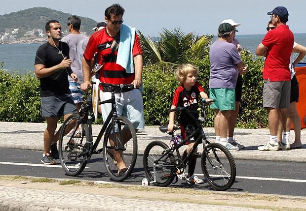 Thiago Lacerda pedala pela orla do Rio (Foto: Marcos Ferreira / photo rio news)