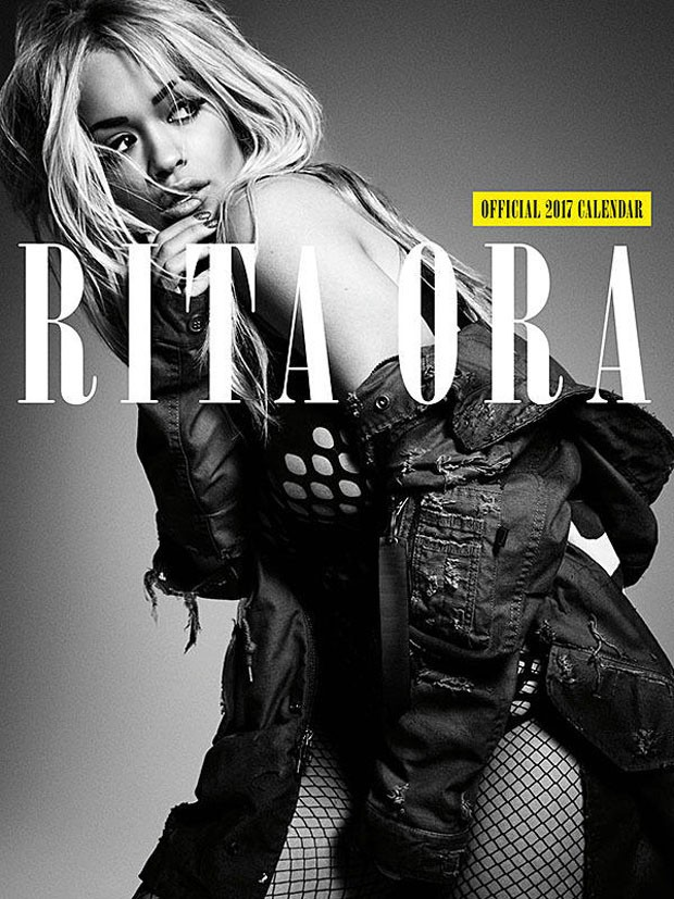 Rita Ora em foto de calendário oficial (Foto: Reprodução)