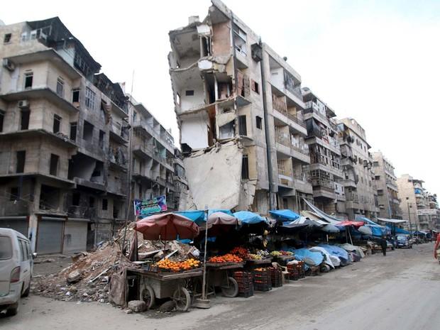Barracas são vistas nesta quarta-feira (10) ao lado de prédio destruído no bairro de al-Shaar, ocupado por rebeldes, em Aleppo (Foto: REUTERS/Abdalrhman Ismail)