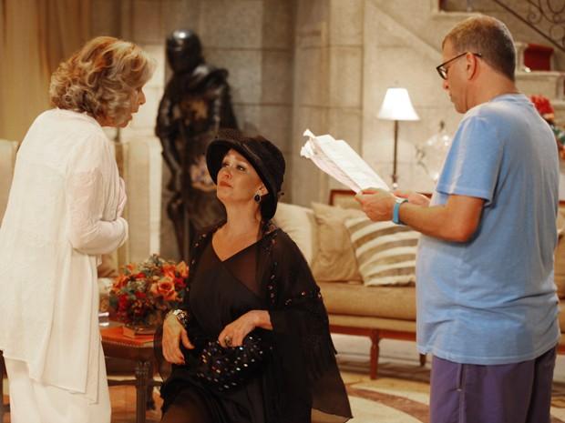 Jorge Fernando dirige as cenas em que Blanche aparece na mansão (Foto: Guerra dos Sexos/TV Globo)