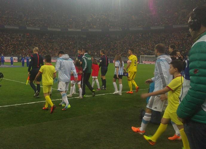 Messi entra em campo com torcedor ao lado (Foto: Felipe Schmidt)