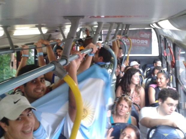 Ônibus cheio: passageiros pediam para motorista parar no ponto somente para desembarque (Foto: Gabriel Barreira/G1)