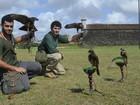 Aves simulam caça em frente ao Rio Amazonas no Amapá