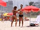 Jaque Khury e o namorado vão à praia no Rio