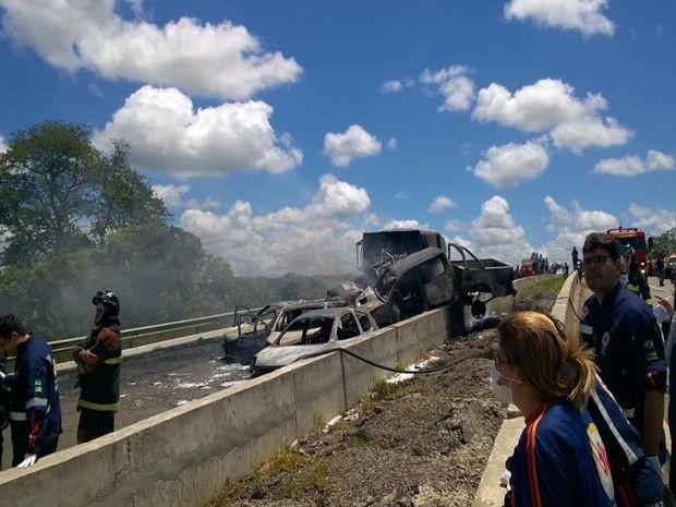 Carros ficaram carbonizados após explosões (Foto: Denise Gomes/TV Sergipe)