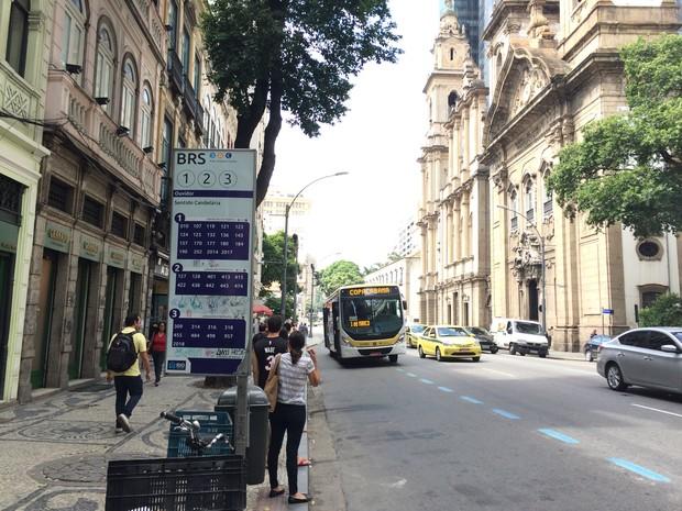 Ponto de ônibus no Centro não tem cobertura e divulga informação errada (Foto: Matheus Rodrigues/ G1)