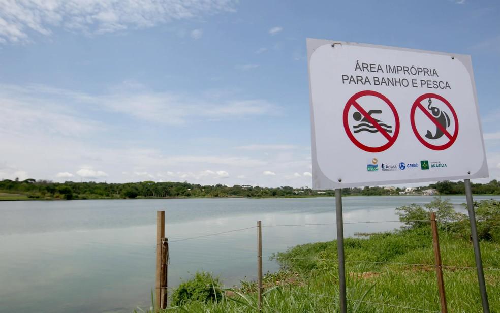 Placas fixadas nas margens do Lago Paranoá por causa das cianobactérias (Foto: Dênio Simões/GDF/Divulgação)