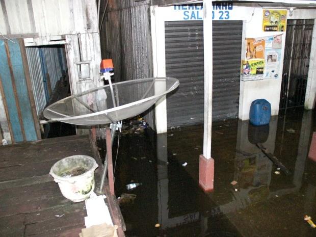 Atlas Souza teve o mercadinho invadido pela água (Foto: Marcos Dantas/G1 AM)