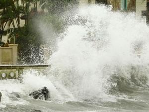 Vento forte que atingiu 19 km/h, causam ressaca na Ponta da Praia, em Santos, no litoral sul de São Paulo, nesta quarta-feira (04).  (Foto: Maurício de Souza/Estadão Conteúdo)