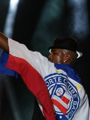 Ne-Yo toca sucessos, ganha colar de Gandhy e usa bandeira do Bahia (Egi Santana/G1)