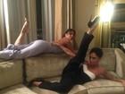 Victoria Beckham e Eva Longoria capricham em pose sensual