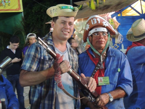 O motorista Edinaldo Júnior aproveitou a presença de barcamateiros para tirar fotos com um chapeu emprestado. (Foto: Luna Markman / G1)