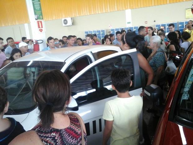 Populares quebraram um vidro do carro para resgatar crianças (Foto: Divulgação)