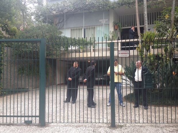 Até as 8h30, ainda não havia sido autorizada a entrada da imprensa na casa do jornalista, onde é feito o jornalista (Foto: Nathália Duarte/G1)
