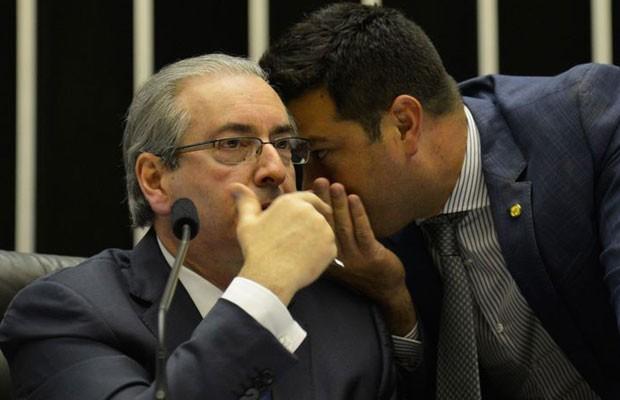 O presidente da Câmara, Eduardo Cunha (esq.) conversa com o líder do PMDB, deputado Leonardo Picciani, durante sessão da Câmara (Foto: Antonio Cruz / Agência Brasil)