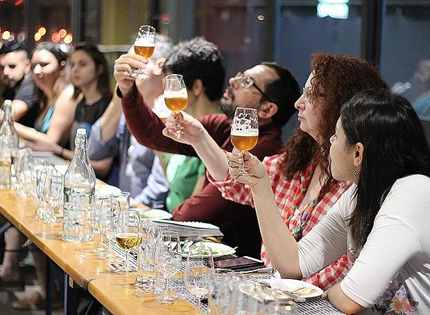 Os assinantes avaliam a cor, a textura e o aroma das cervejas (Foto: Cristiane Senna/Editora Globo)
