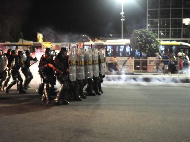 Confronto entre manifestantes e policiais no fim da tarde desta quinta-feira (6) (Foto: Fabio Teixeira/Estadão Conteúdo)