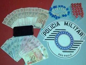Polícia encontrou drogas e dinheiro com o MC (Foto: Thais Rozo/TV Tribuna)