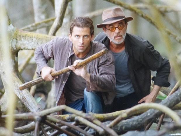 Cassiano e Duque partem em cruzada por pântano (Foto: Flor do Caribe/TV Globo)