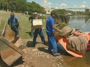 Faxina retira 8,5 toneladas de lixo em dois dias e até sofá do Rio Piracicaba (Foto: Reprodução/EPTV)