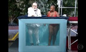 Túnel do Tempo: Há 15 anos, Jô Soares caía em um tanque de água