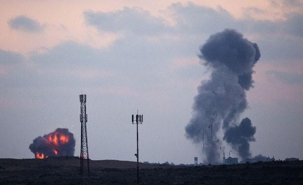 Fumaça após um ataque aéreo israelense no norte da Faixa de Gaza, nesta terça-feira (8) (Foto: Amir Cohen/Reuters)