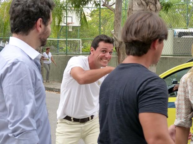 Lombardi faz graça durante gravação de cena (Foto: Salve Jorge/TV Globo)