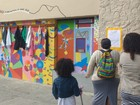 'Muro da Gentileza' propõe desapego de roupas e objetos no Rio