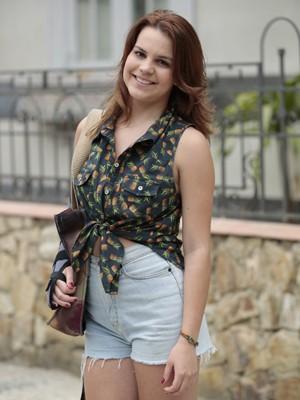Blusas estampadas e shorts de cintura alta compõem o look moderno de Anita