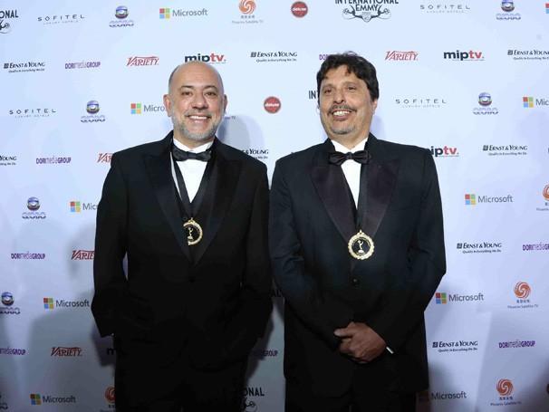 O diretor de A Mulher Invisível e o roteirista da série Claudio Torres no tapete vermelho da premiação (Foto: TV Globo)